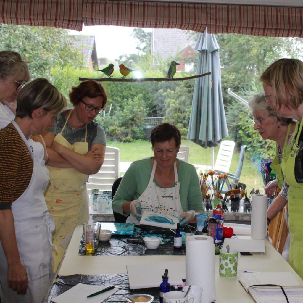 alt=''Introductie acryl pouring workshop acryl gieten Donna Hoogstraaten''/>